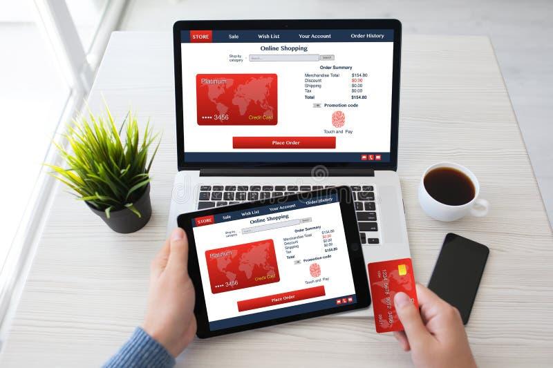 Kreditkort online-s för fingeravtryck för bärbar dator för manhandminnestavla shoping fotografering för bildbyråer