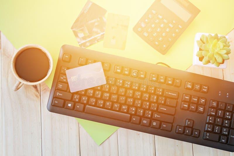 Kreditkort på datortangentbordet för internetköp arkivfoton