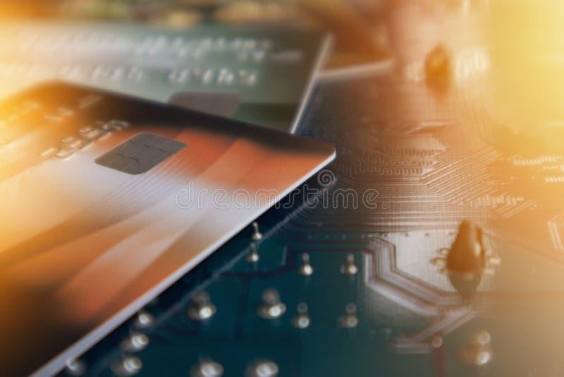 Kreditkort på strömkretsen Mainboard av datoren Finansiellt och tech arkivbild