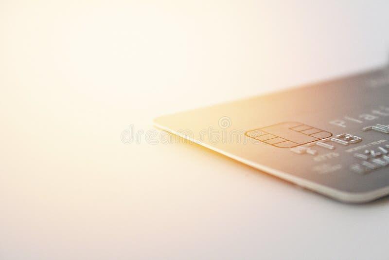 Kreditkort på tabellen för kontorsskrivbord fotografering för bildbyråer