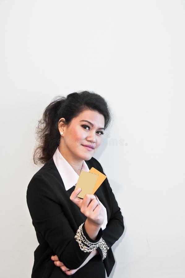 Kreditkortar för show för affärskvinna på vit bakgrund royaltyfri fotografi