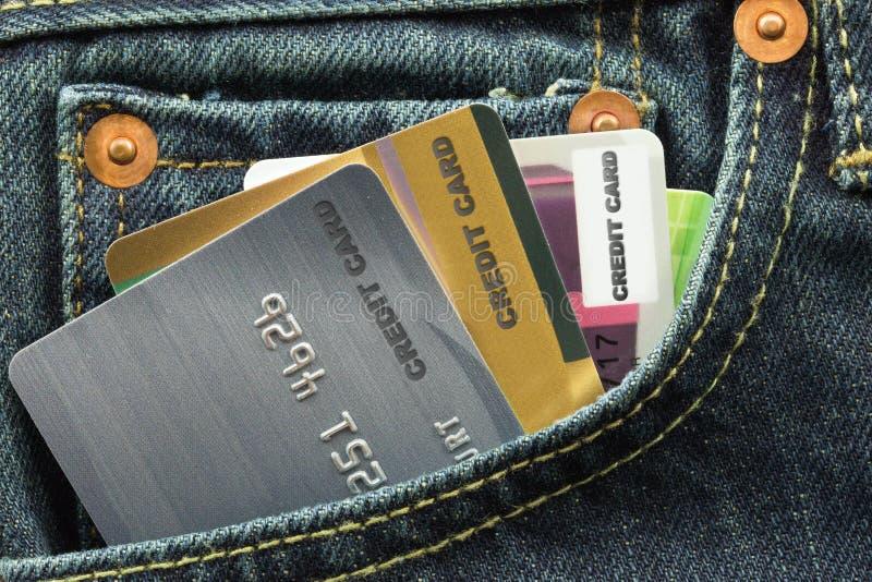 Kreditkortar i jeansfack fotografering för bildbyråer