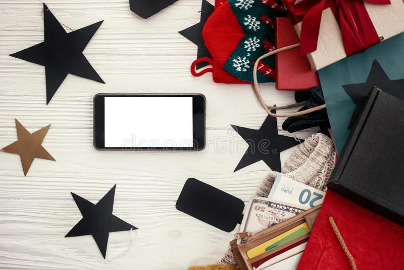 Kreditkortar och pengar i plånboken, telefon med den tomma skärmen, papper royaltyfri fotografi