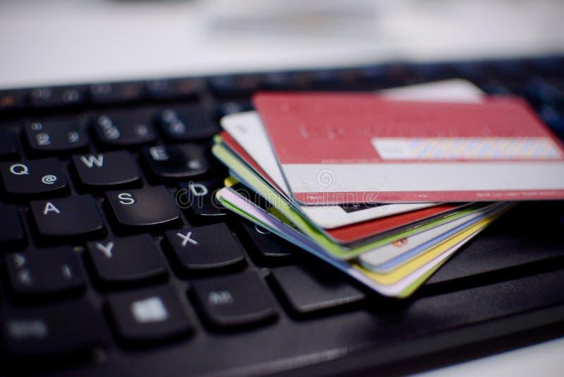 Kreditkortar p? ett tangentbord royaltyfri foto