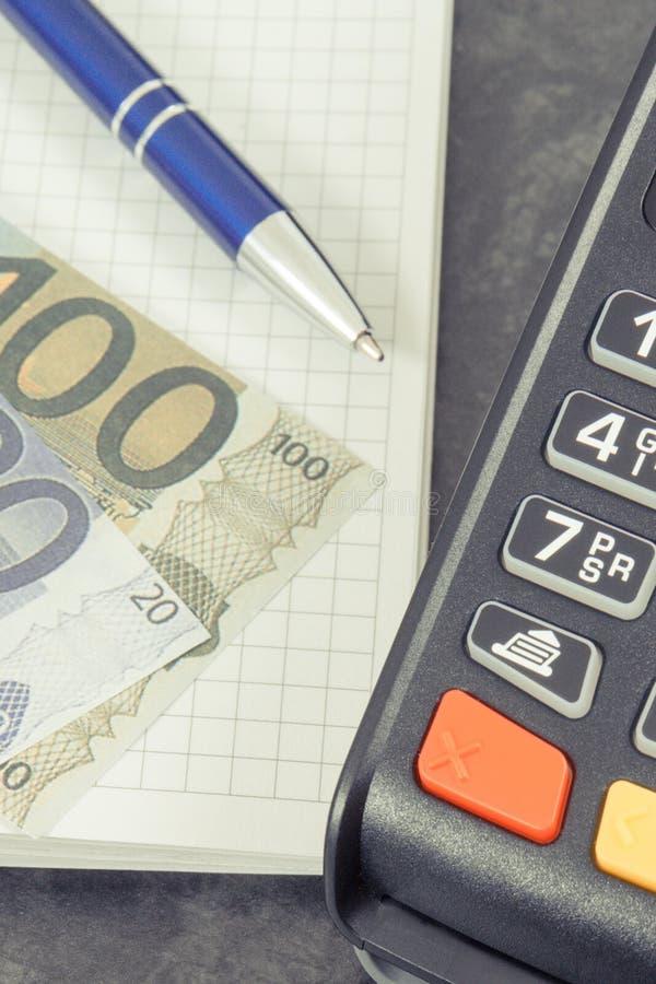 Kreditkortavläsare för cashless betalningtransaktion, notepaden för anmärkningar och euro ?gander?tt f?r home tangent f?r aff?rsi royaltyfria foton