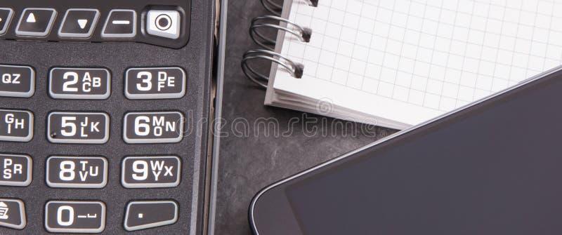 Kreditkortavläsare, mobiltelefon med NFC-teknologi för cashless betalningtransaktion och notepad för anmärkningar ?gander?tt f?r  royaltyfri foto