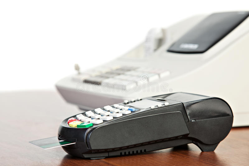 Kreditkortavläsare och kassaapparat royaltyfri foto