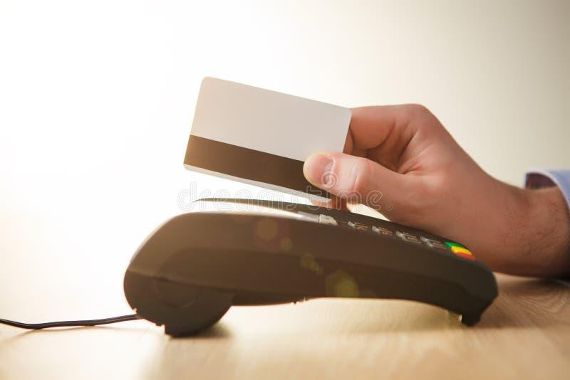 Kreditkortbetalning, köp och försäljningsprodukter eller service arkivbilder