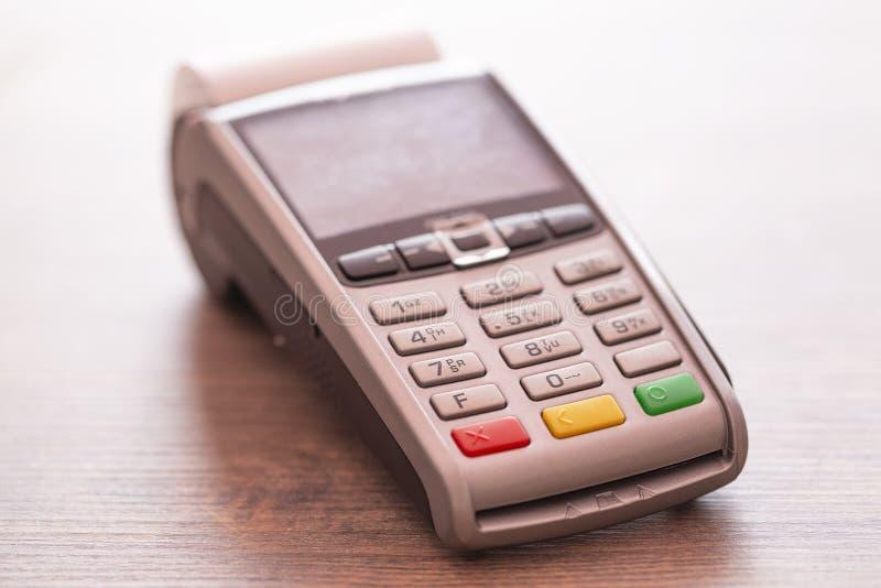 Kreditkortbetalning, köper och säljer produkter & servicenärbild arkivbilder