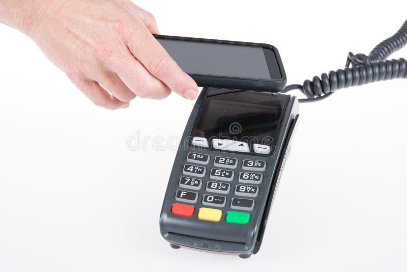 Kreditkortmaskin med kodavläsaren i smart mobiltelefon royaltyfri foto