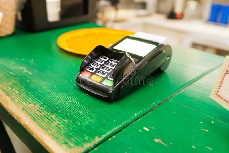 Kreditkortsbetalning, köp och sälja produkter och tjänster Terminalen för köp av betalkort royaltyfria bilder