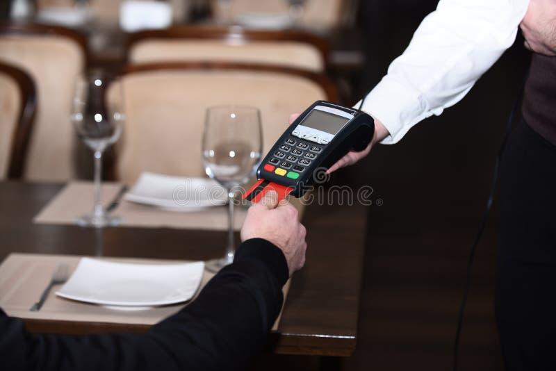 Kreditkortterminal för cashless betalningar Kreditkortbetalning arkivbild
