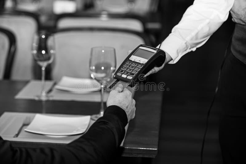 Kreditkortterminal för cashless betalningar Kreditkortbetalning royaltyfri bild