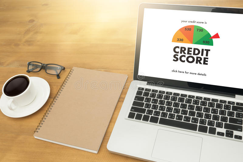 KREDITSCORE (Geschäftsmann Checking Credit Score online und Finan lizenzfreies stockbild