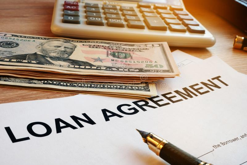 Kreditvertrag, Geld und Taschenrechner auf einem Schreibtisch stockfotografie