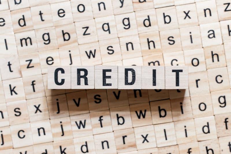 Kreditwortkonzept auf Würfeln stockfotos