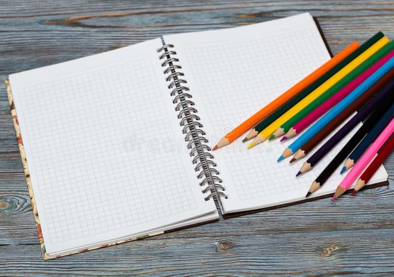 kredki Rysować z ołówkiem remis target865_1_ obraz stock