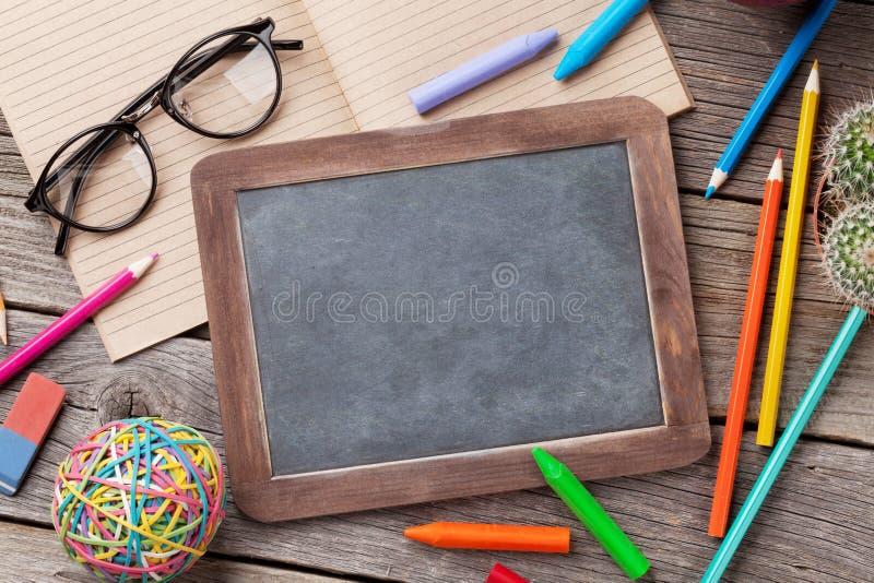 Kredowa deska dla twój kolorowych dostaw i teksta obrazy royalty free