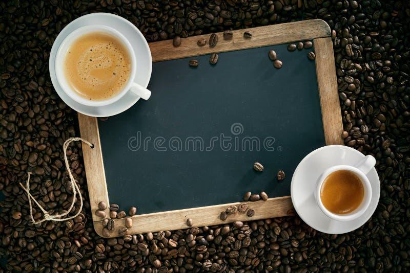 Kredowa deska lub łupek z filiżanka kawy i fasolami zdjęcia royalty free