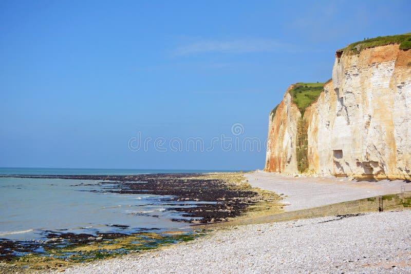 Kredowe falezy i oceanu horyzontu krajobraz podczas niskiego przypływu widoku w Departement wontonie Morskim w Normandy Francja zdjęcia stock