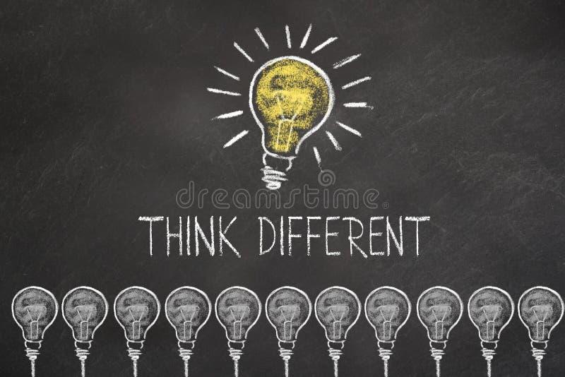 Kredowy żarówka pomysł na blackboard z tekstem «myśl różna « royalty ilustracja
