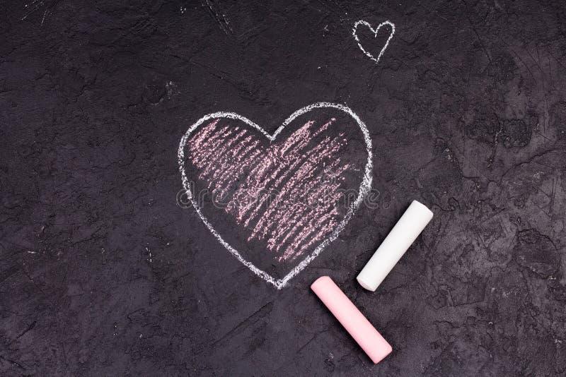 Kredowy rysunek różowy serce na blackboard fotografia royalty free