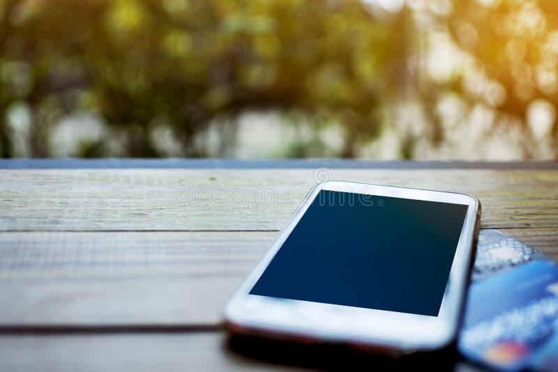 Kredytowa karta i mądrze telefon z pustą przestrzenią dotyka ekran dalej zdjęcie stock