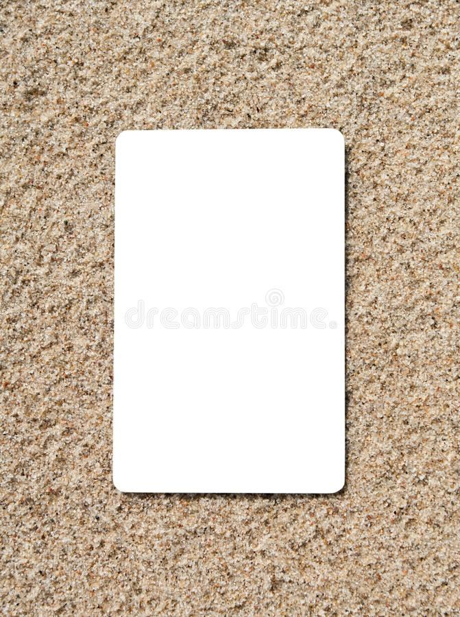Kredytowa karta na piasek powierzchni obraz stock