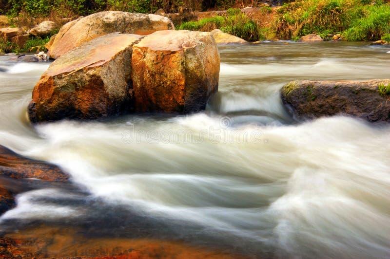 Download Kreek stock foto. Afbeelding bestaande uit rots, bemost - 29501262