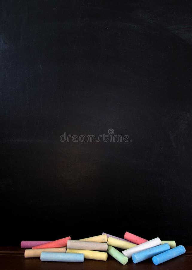 Kreide gerieben heraus auf Tafel für Hintergrund Bild für addieren Text- oder Bildungshintergrund lizenzfreies stockbild