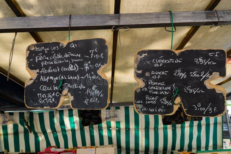 Kreidebretter mit schriftlichen Preisen auf dem Straßenmarkt stockfotos
