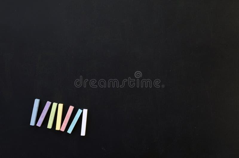 Kreiden auf einer Tafel stockfoto