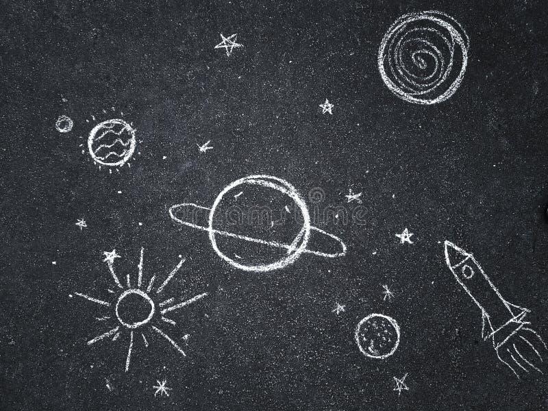 Kreidezeichnung Raum, Planeten und Sterne gemalt durch Kind-` s stockbild