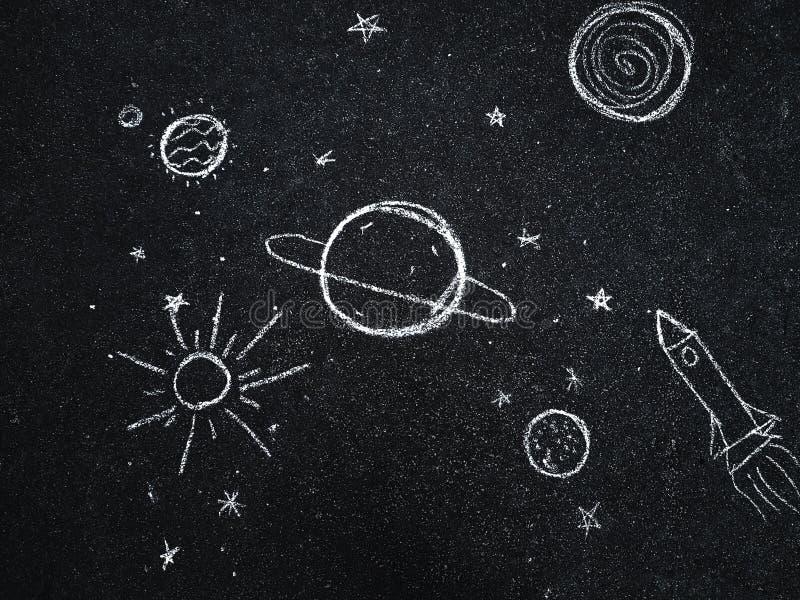 Kreidezeichnung Raum, Planeten und Sterne gemalt durch Kind-` s stockfotografie