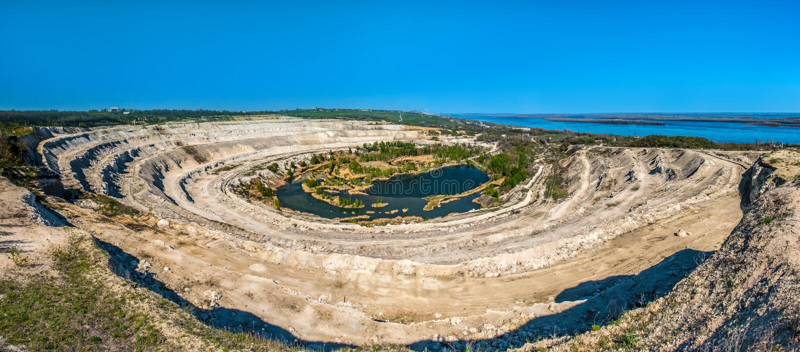 Kreidiger Steinbruch nahe den Banken des Volga stockfoto
