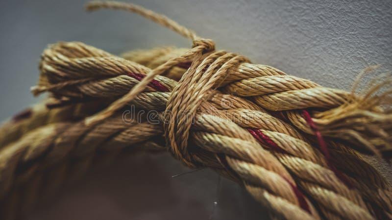 Kreis-Brown-Seil gebunden auf Wand lizenzfreie stockfotografie