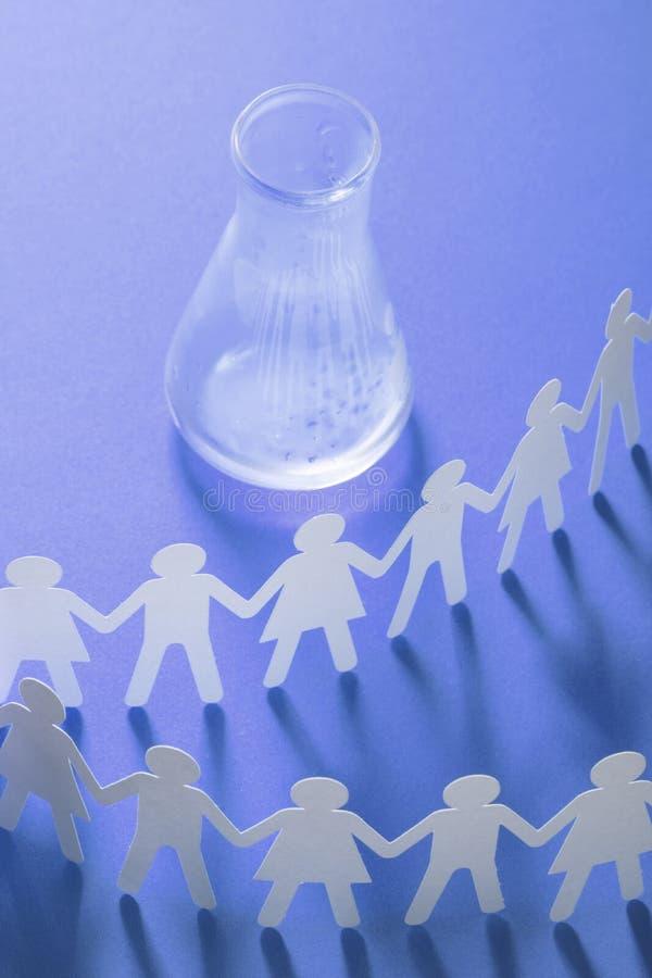 Kreis des Papierleutehändchenhaltens vor leerer Glasphiole Globales Problem der Wasserknappheit Sucht, Abhängigkeit lizenzfreies stockfoto
