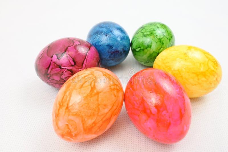 Kreis von sechs künstlichen farbigen Ostereiern lizenzfreies stockfoto
