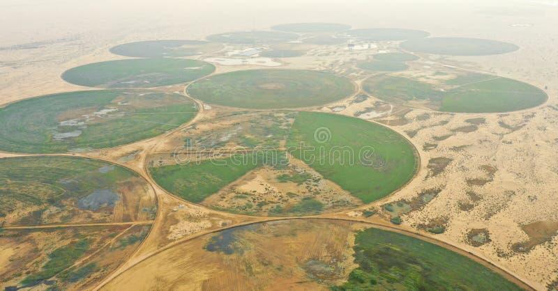 Kreisbewässerungssystem in der Wüste lizenzfreie stockfotos