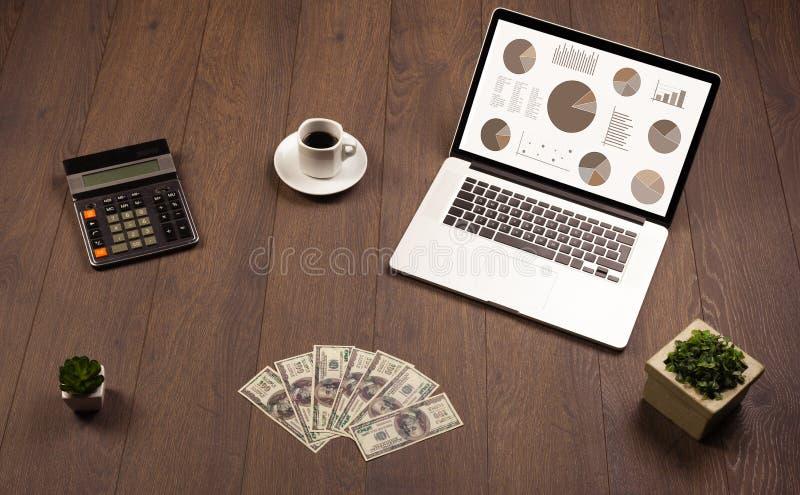 Kreisdiagramm-Diagrammikonen auf Laptopschirm mit Bürozubehör lizenzfreie stockfotografie