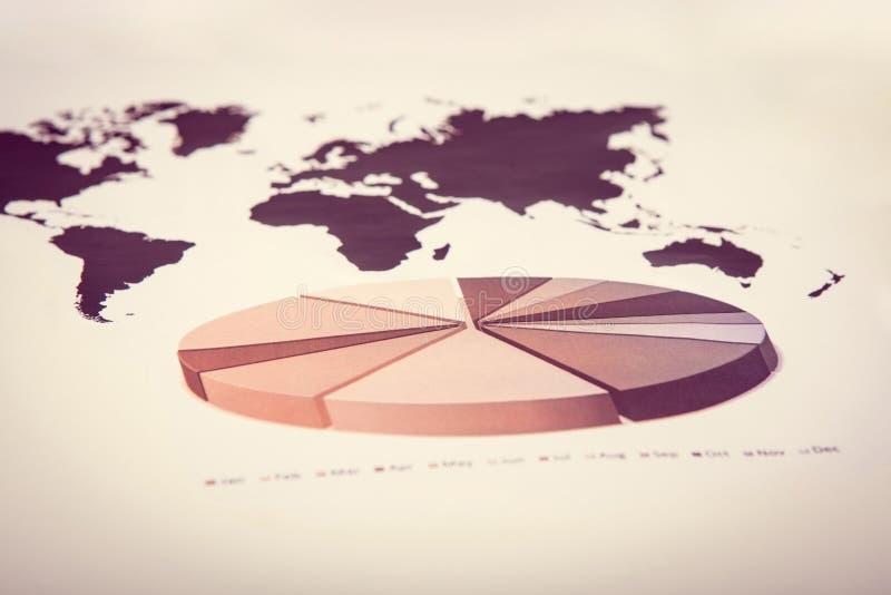 Kreisdiagramm mit Weltkarte stockfotos
