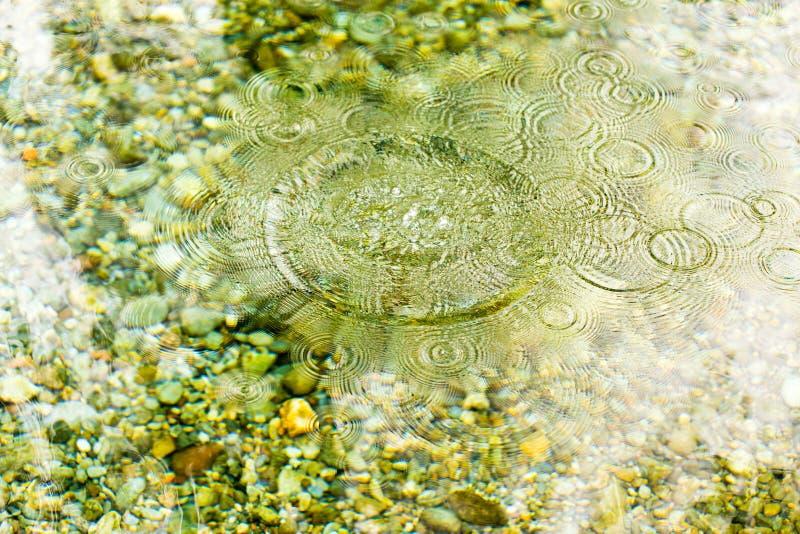 Kreise auf der glatten Oberfläche des Wassers auf dem Fluss lizenzfreie stockbilder