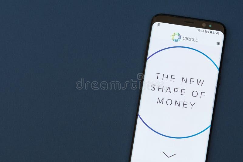 Kreisen Sie die Lohnwebsite ein, die auf dem smartphne Schirm angezeigt wird stockfotografie