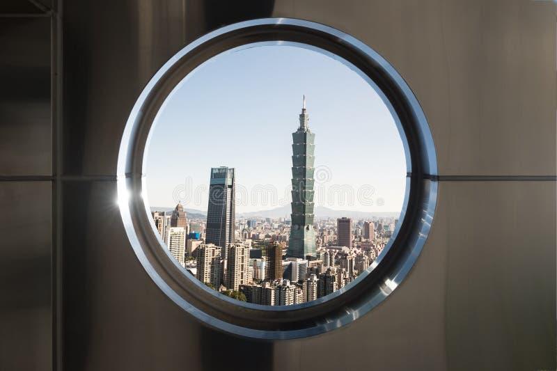 Kreisen Sie Fenster mit modernen Gebäuden in der Stadt ein stockbild