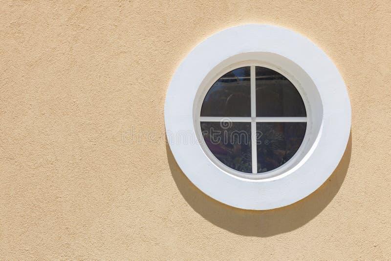 Kreisen Sie weißes Fenster mit kleinem Schatten auf der Beschaffenheitswand ein stockfoto
