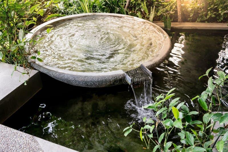 Kreisform-Wasserbrunnen und Wasser fällt in Garten oder Park lizenzfreie stockbilder