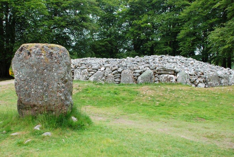 Kreisgrab von Clava-Steinhaufen und von stehenden Stein stockbild