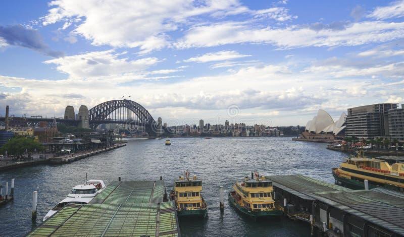 Kreiskaikai mit der Ansicht der Sydney-Hafenbrücke und des O lizenzfreies stockbild