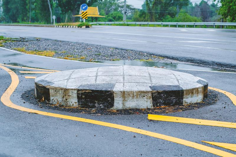 Kreisverkehr auf der Straße, eine Kreuzung, die Verkehr in eine Richtung um eine Mittelinsel bewegt stockbild