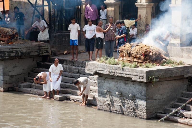 Kremaci ceremonia przy Pashupatinath świątynią. Nepal obraz stock